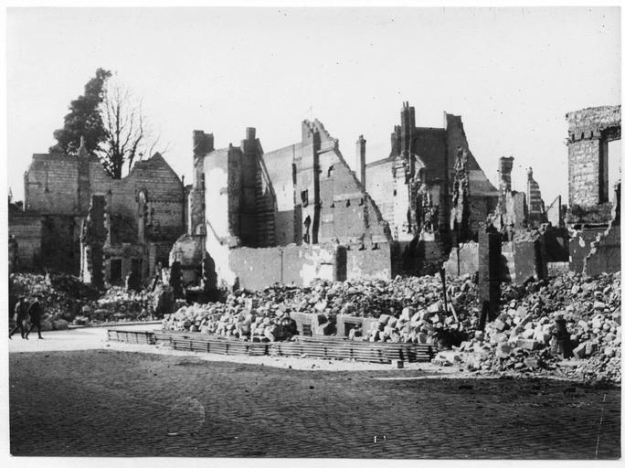 Un coin de la place avec des destructions