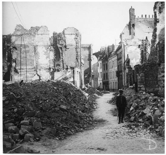 Une rue et des maisons détruites