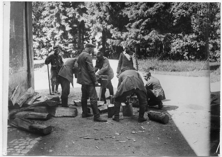 Grand quartier général, 66ème division : prisonniers allemands à la corvée de bois
