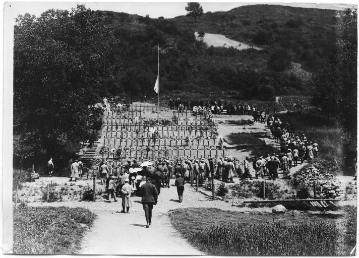 Enterrement du lieutenant-colonel de Rochambeau, rassemblement devant le cimetière
