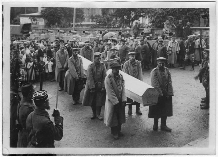 Enterrement des deux aviateurs allemands abattus par Eugène Gilbert