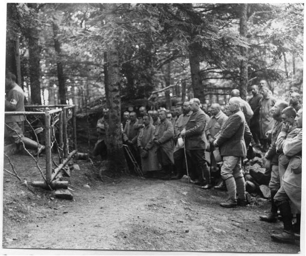 Camp Renié : la messe au pied du sommet de l'Hartmannswillerkopf à 20 mètres des tranchées