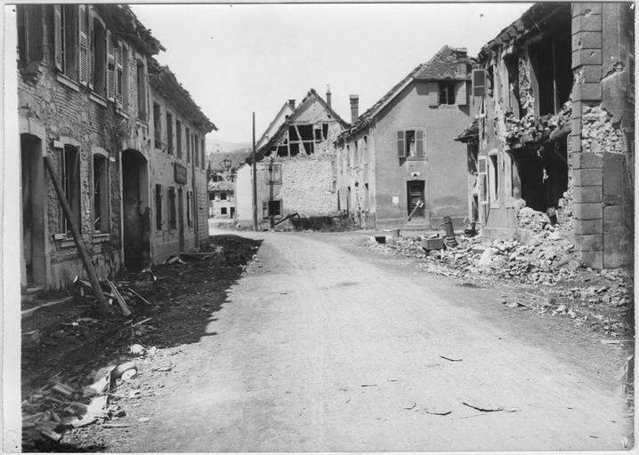 Rue principale et maisons détruites