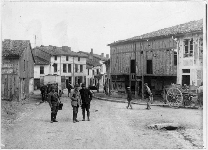 Une rue et groupe de soldats