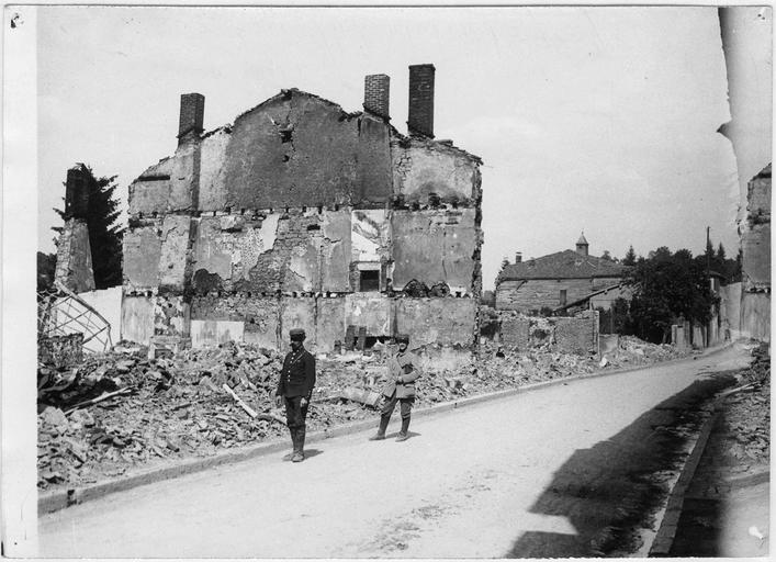 La sortie du village avec les maisons détruites