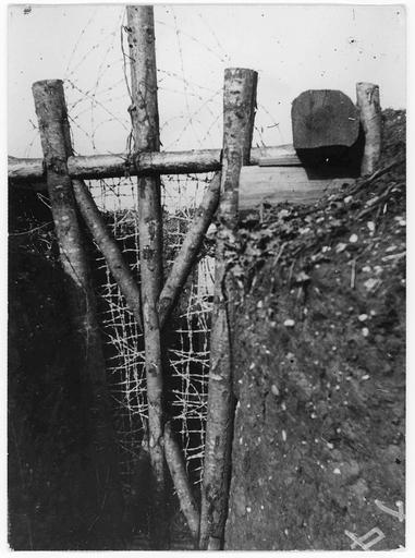 Tranchées du 39ème Territorial : porte en fils de fer barbelés pour se défendre en cas d'attaque