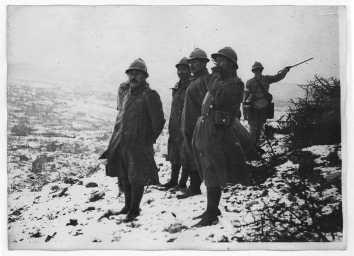 La Mission japonaise à l'éperon de Notre-Dame-de-Lorette, et  Ablain-Saint-Nazaire en dessous