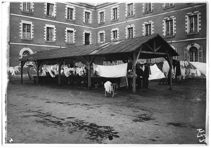 Centre d'internement pour les civils : lavoir du dépôt