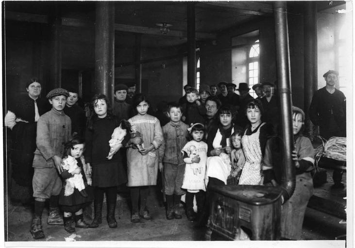 Centre d'internement pour les civils austro-allemands : salle du réfectoire, les enfants