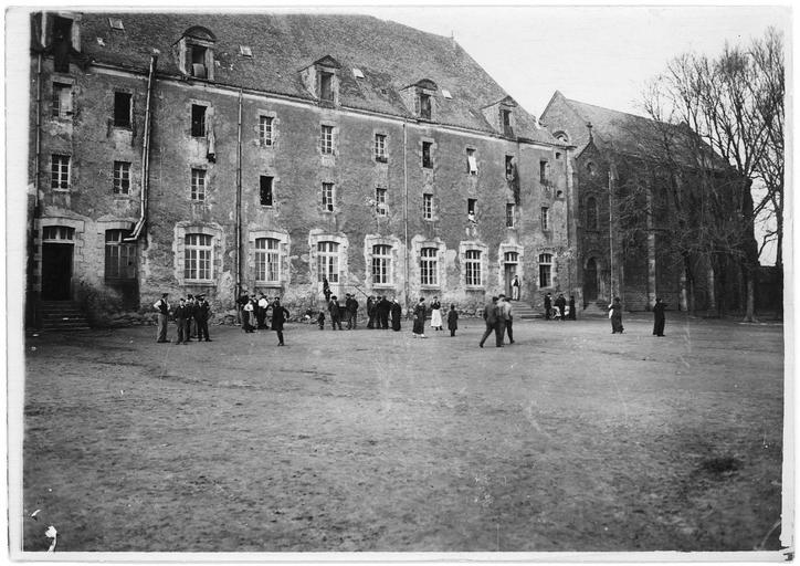 Centre d'internement pour les civils : cour du grand séminaire
