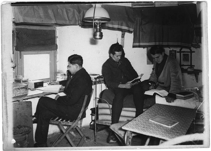 Centre d'internement pour les civils : chambre séparée pour trois Hongrois