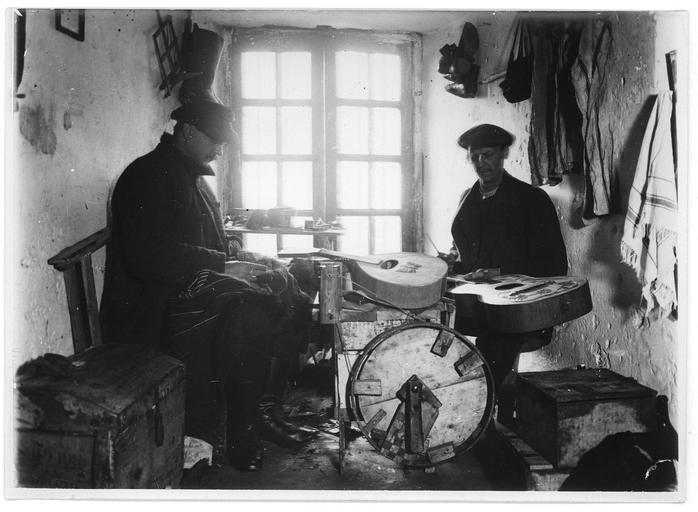 Centre d'internement pour les civils : salle n° 1, internés austro-hongrois fabriquant des instruments de musique