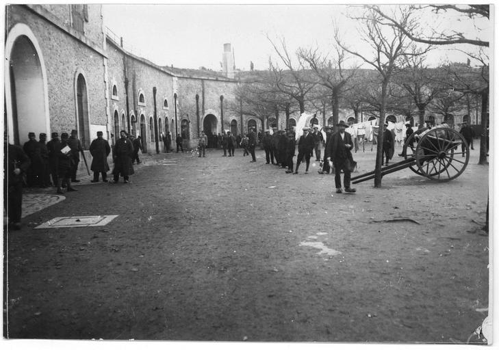 Dépôt d'internés civils allemands : sortie du réfectoire