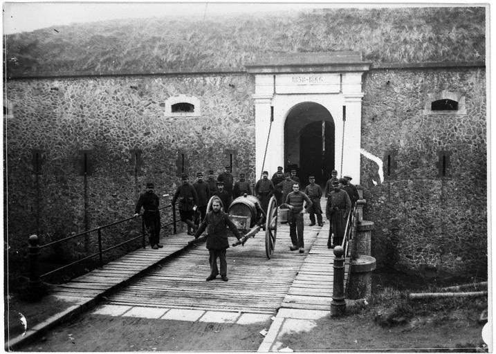Dépôt d'internés civils allemands : entrée de la forteresse