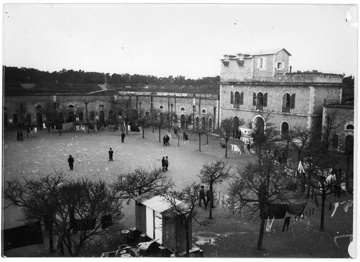 Dépôt d'internés civils allemands : cour intérieure