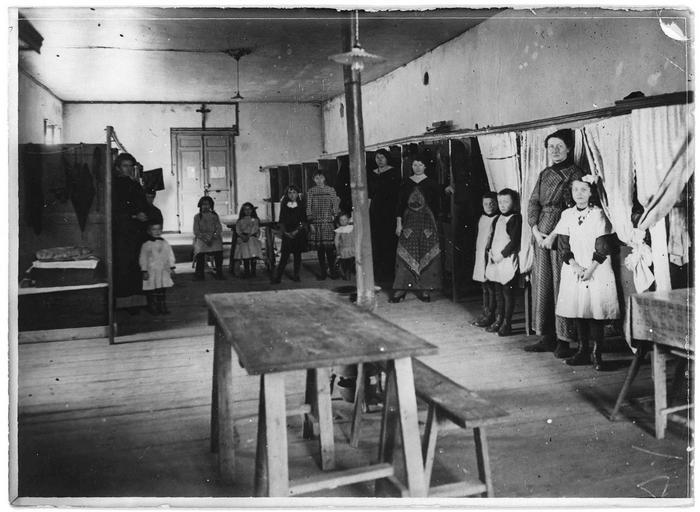 Dépôt des Alsaciens-Lorrains surveillés : le dortoir des femmes et enfants
