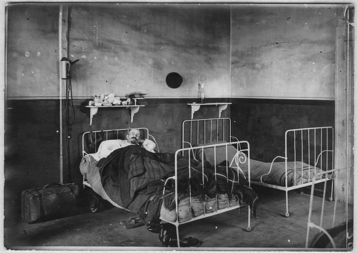 Dépôt de triage : un coin de l'infirmerie des hommes