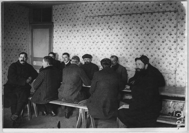 Dépôt des étrangers : camp de la Corderie, salle de réunion et d'école où les internés apprennent les langues étrangères