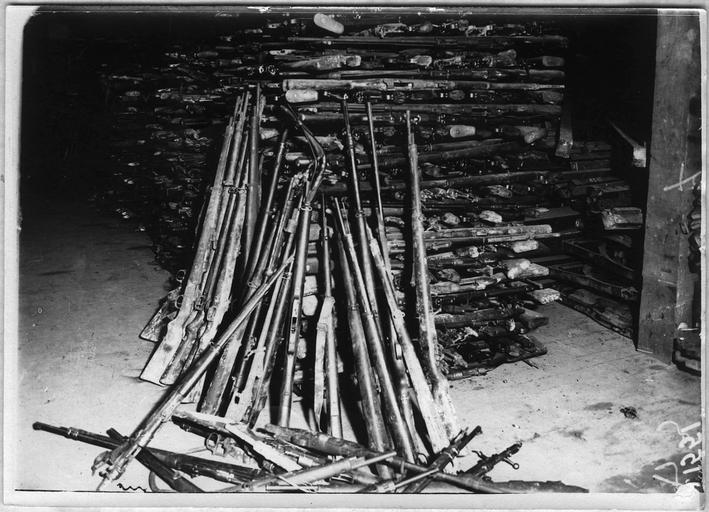 Tas de fusils allemands venant des champs de bataille