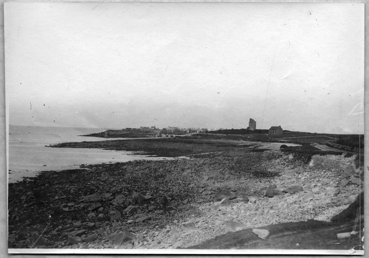 Camp d'internés civils de l'île de Sieck : vue du port et du camp d'internés civils
