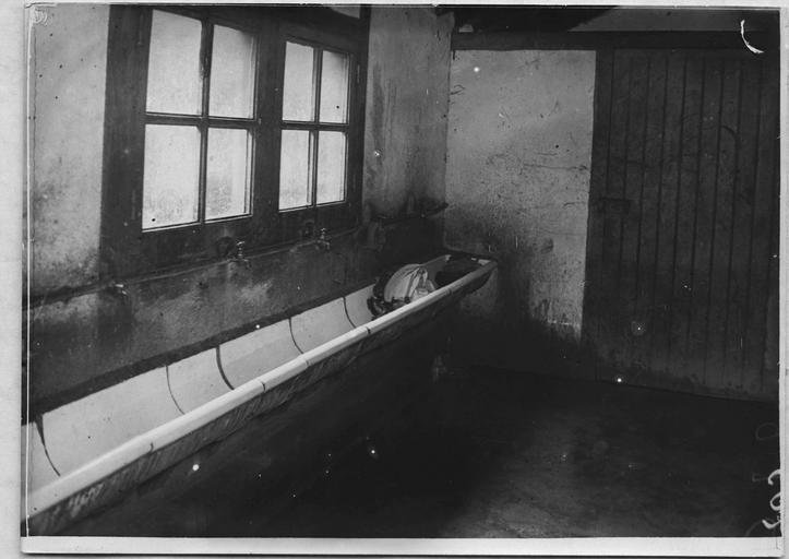 Camp d'internés civils : les lavabos