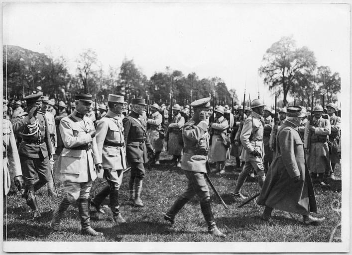 Revue passée en l'honneur du Général Lochwitsky, commandant les troupes russes