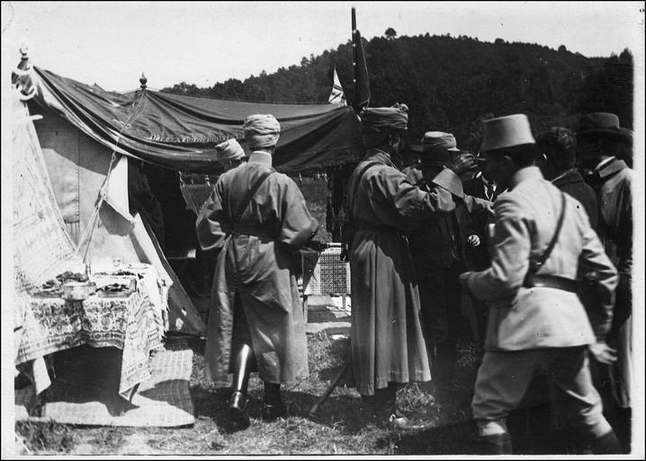 Le lunch avec les délégués anglais au camp des Spahis devant la tente du colonel