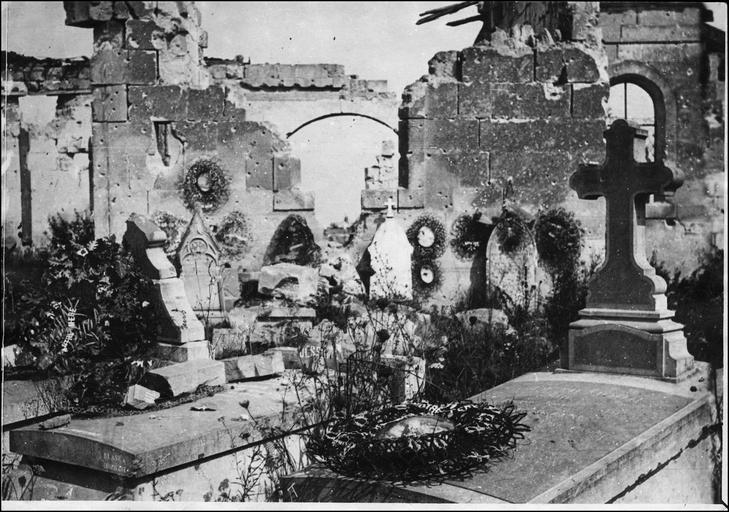 Front français : cimetière et ruines de l'église
