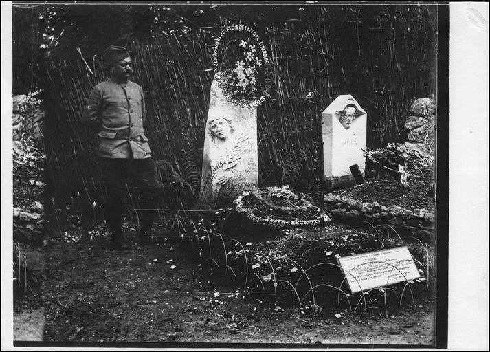 Le cimetière ; tombes du caporal Jean-Philippe Brousse et du soldat Jean Victor Damiens