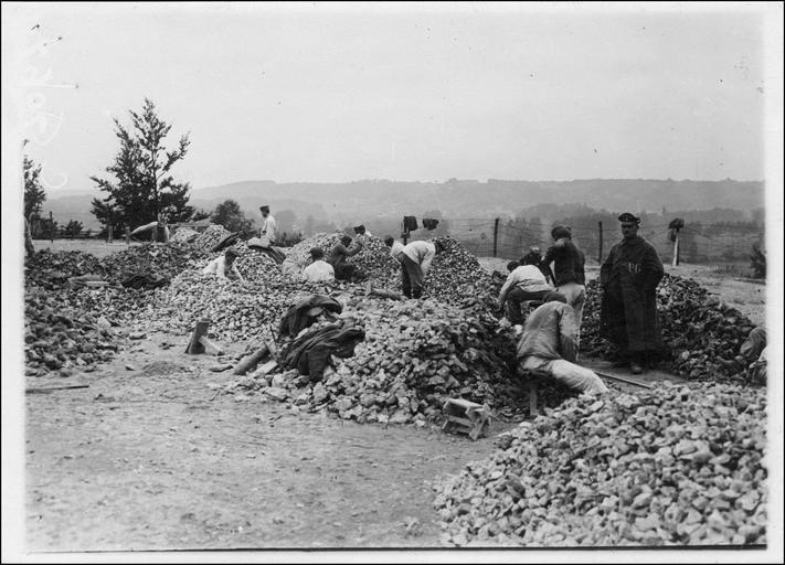 Carrières du Tremblay, prisonniers cassant des pierres
