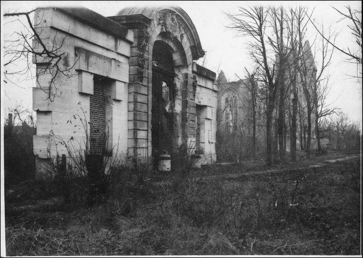 Portique dans le parc du château, au fond l'église