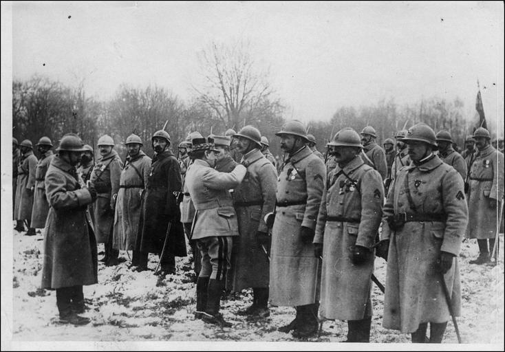 Prise d'arme pour la remise de décorations à des officiers et soldats de la deuxième division coloniale, par le général Mazillier, commandant la division