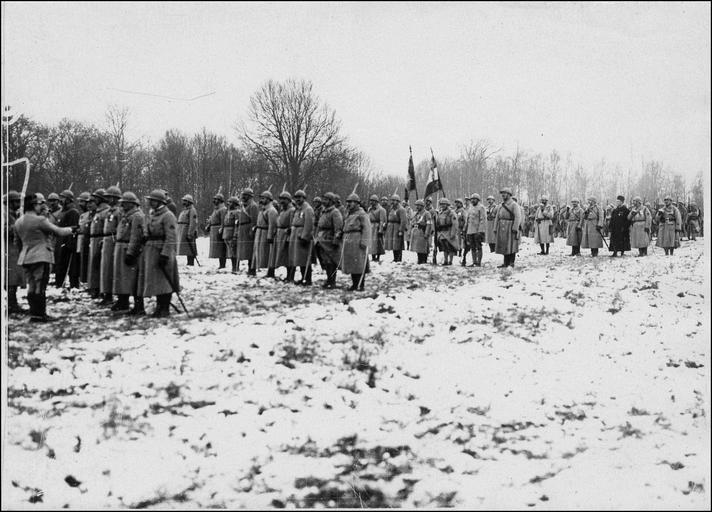 Prise d'arme, remise de décorations par le général Mazillier et revue de la deuxième division coloniale