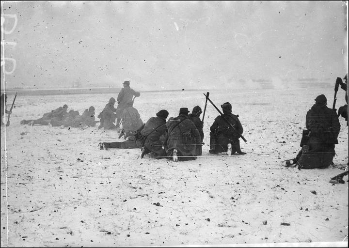 Soldats armés du fusil lance grenades, au loin tir de barrage