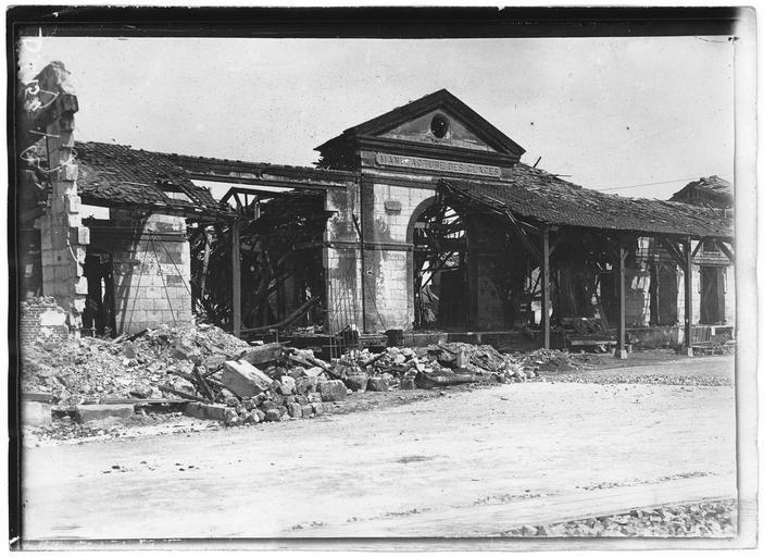 Entrée principale de la manufacture des glaces, sur la route de Chauny