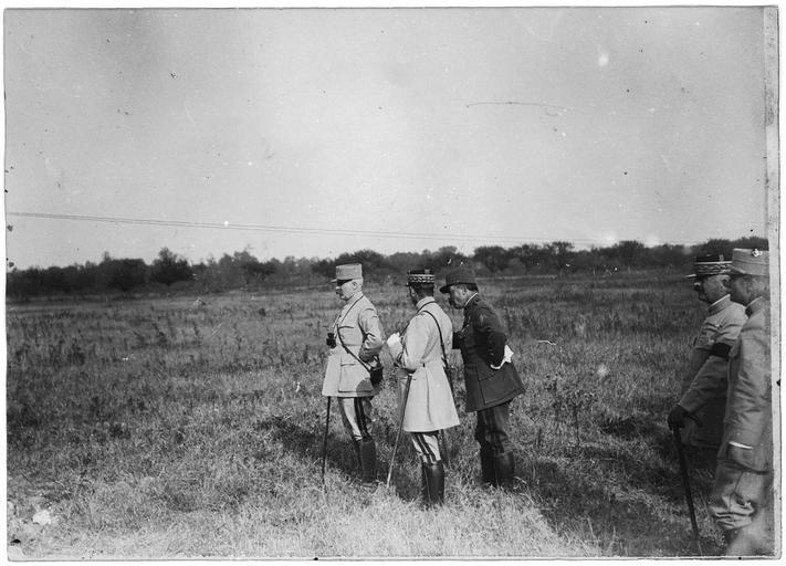 Les généraux Pétain, Franchet d'Espèrey, Maistre, Modelon, et Humbert assistant à la réception des nouveaux crapouillots