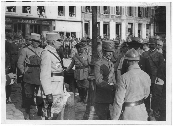 Le roi d'Italie décore un soldat