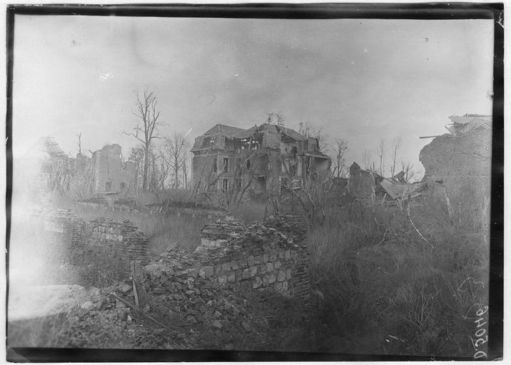 Au centre, le château détruit