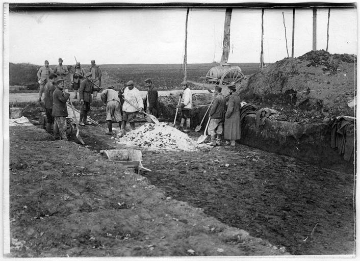 Prisonniers allemands travaillant à la réfection des routes