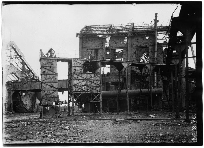 Bâtiment de la machine d'extraction du n°11, côté Ouest, et trémies à charbon