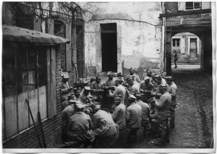 Deuxième groupe des troupes polonaises : épluchage des pommes de terre