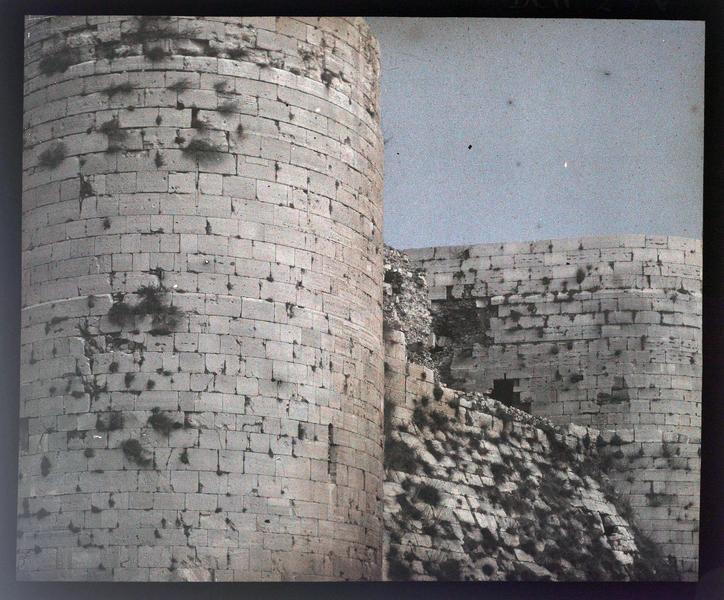 Vue rapprochée de l'enceinte intérieure, depuis le sud-ouest