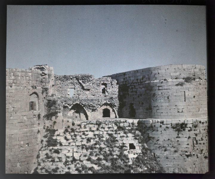 Front sud, l'espace entre les deux tours de l'enceinte intérieure