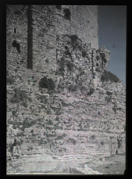 Vue du front ouest de l'ouvrage sud du château