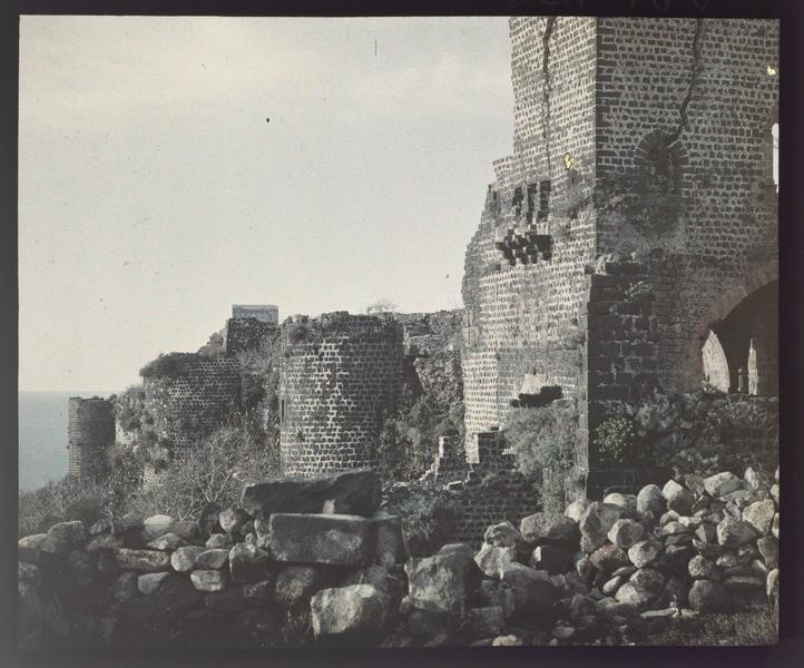 La tour d'entrée du château et une partie du rempart