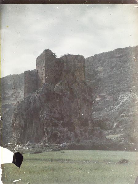 Vue en contre-plongée de la citadelle et de son éperon rocheux