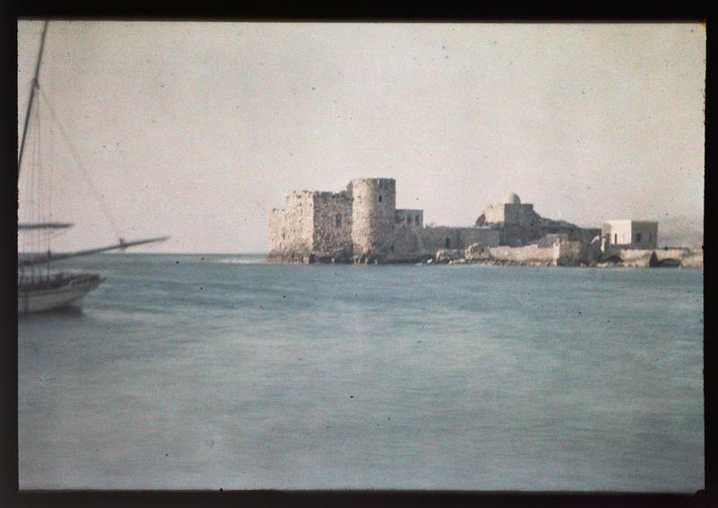 Vue d'ensemble du site, avec un navire sur la gauche