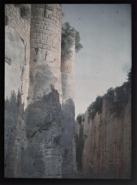 Front sud, vue en contre-plongée de l'enceinte sur le fossé