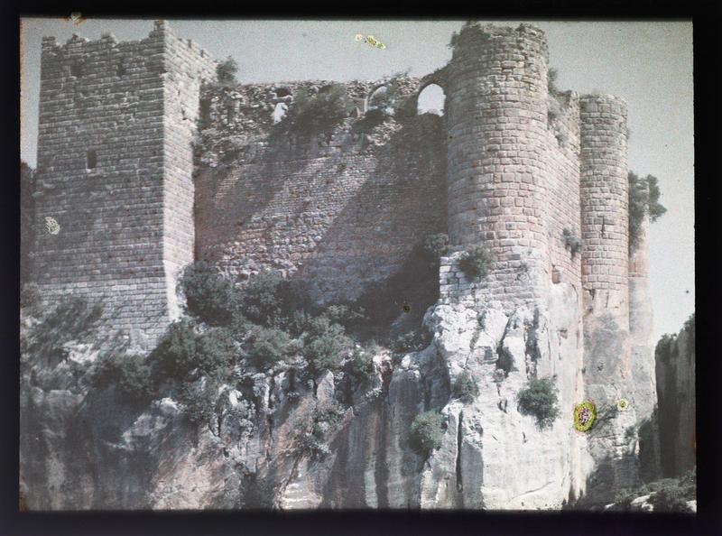Front sud, angle sud-est, vue en contre-plongée de l'enceinte