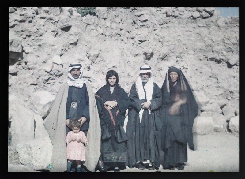 Famille de bédouins: quatre personnages avec un enfant